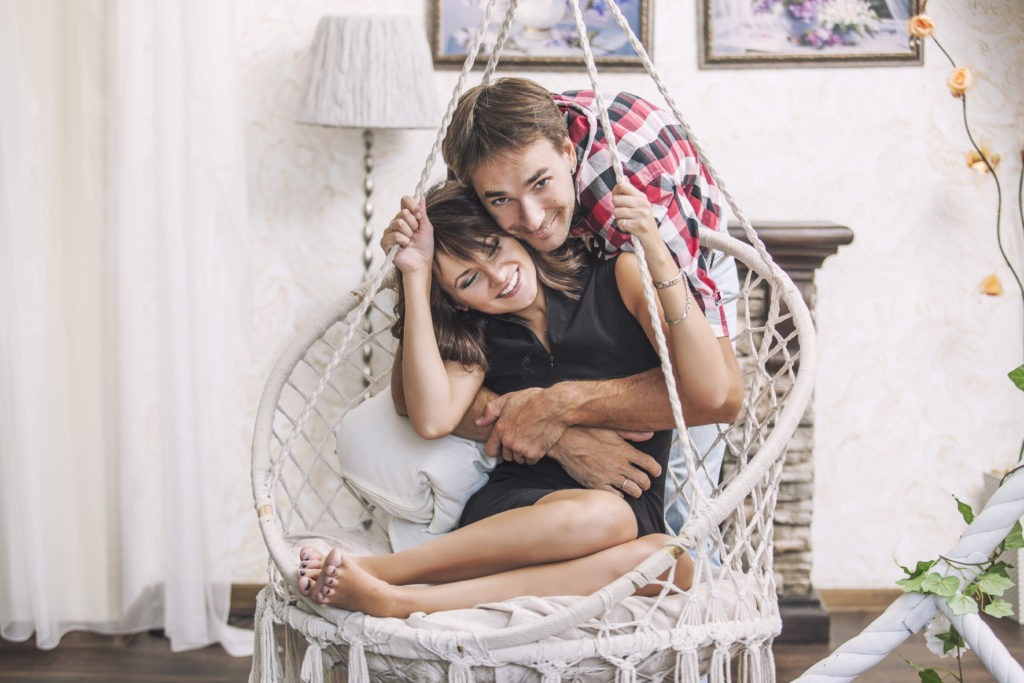 Hängesessel mit einem jungen Paar